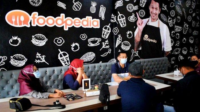 Bagian indoor atau Full-Ac dari lantai 1 Foodpedia Sudirman. Di sini, terdapat mini bar dan mini live music stage. Disediakan pula sofa panjang bagi konsumen yang membawa keluarga atau teman-temannya.