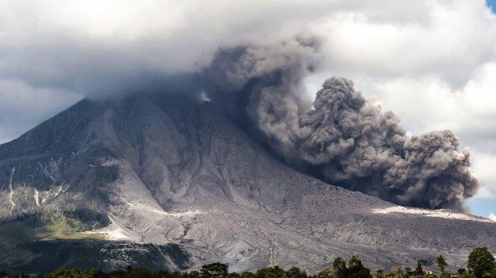 Gunung Sinabung Berstatus Siaga, Kembali Erupsi & Semburkan Awan Panas Setinggi 2500 Meter