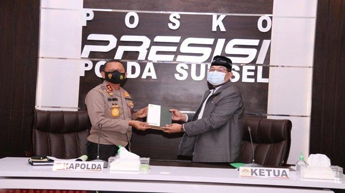 Kapolda Sumsel Irjen Pol Prof Dr Eko Indra Heri S MM menerima cendramata dari Ketua DPW LDII Provinsi Sumsel Ir Ramang Padamulya