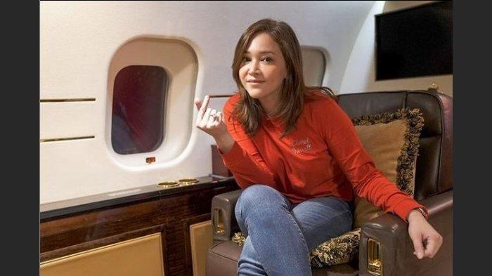 Foto Maia Estianty ketika berada di pesawat