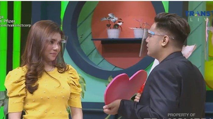 Galih Ginanjar saat tampil dengan pacar barunya