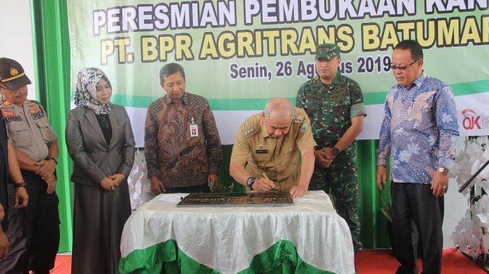 Ditandai Penandatangan Prasasti, Bupati OKU Resmikan Gedung Kantor BPR Agritrans