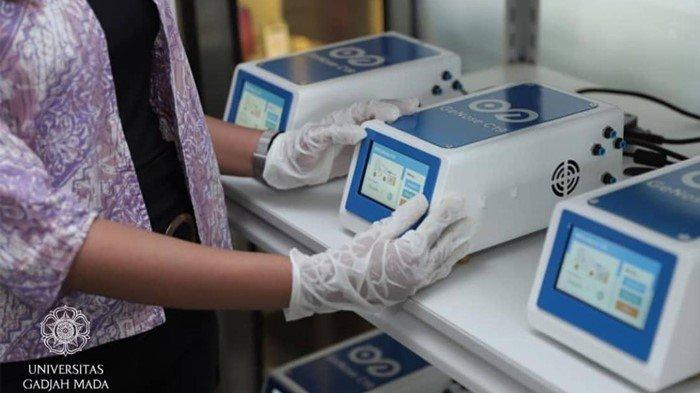 GeNose C19, alat yang dikembangkan oleh Universitas Gadjah Mada (UGM) untuk mendeteksi Covid-19 melalui hembusan napas, serta hasil pemeriksaan melalui GeNose C19 dapat diketahui dalam waktu sekitar 3 menit.