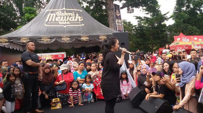 Gita Gutawa Hibur Pengunjung Kambang Iwak
