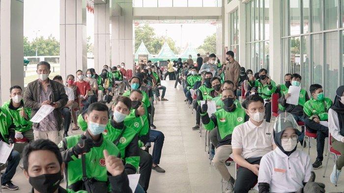 Gojek hari ini mengikutsertakan ribuan mitra driver Gojek bersama masyarakat umum di Kota Palembang dalam program vaksinasi Politeknik Pariwisata Negeri (Poltekpar) Palembang, Rabu (8/9/2021).