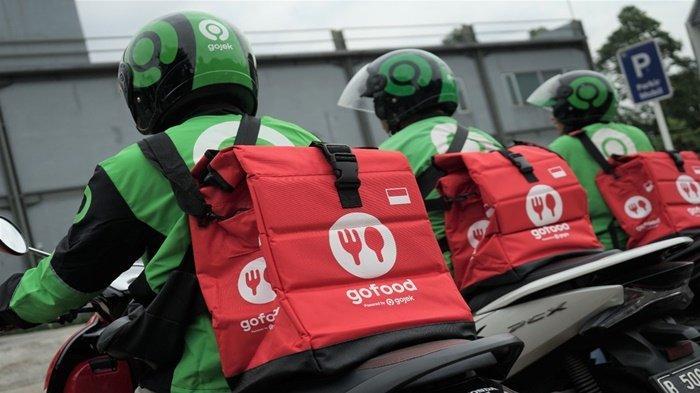 Gojek yang menggunakan tas pengantaran GoFood yang menjamin dan menjaga kualitas makanan agar tetap prima dan higienis sampai ke tangan pelanggan