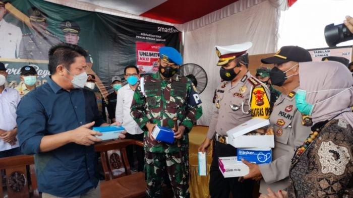 Gubernur Sumatra Selatan, Herman Deru, melakukan pemberian masker secara simbolis kepada petugas pos penyekatan saat meninjau pos pemantau penyekatan mudik di gerbang tol Keramasan, Kabupaten Ogan Ilir, Sabtu (8/5/2021).