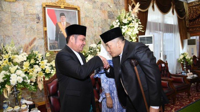 gubernur-sumsel-h-herman-deru-bersalaman-dengan-ketua-forum-pemuda-sumatera-selatan.jpg