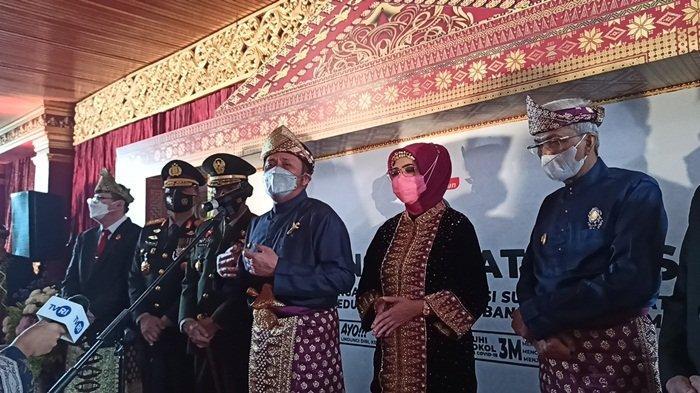 Gubernur Sumsel H Herman Deru didampingi Forkopimda ketika memberikan keterangan press kepada wartawan