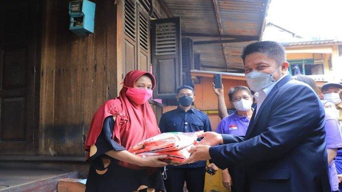 HD Berikan Bantuan Beras Kepada Masyarakat 5 Ulu Palembang