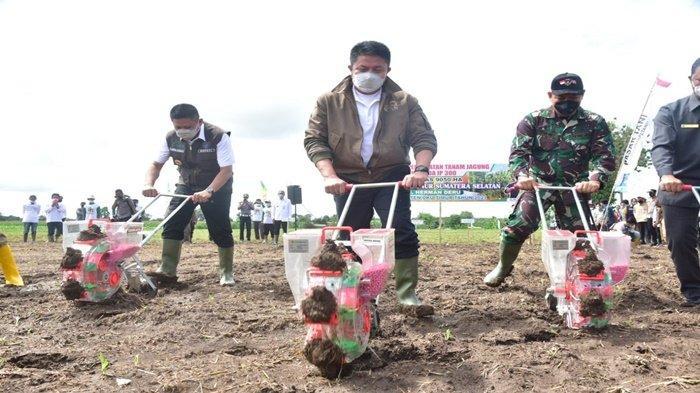 HD Menyerahkan Bantuan Alsintan Pra Panen dan Pasca Panen bagi Petani dan Korporasi Petani