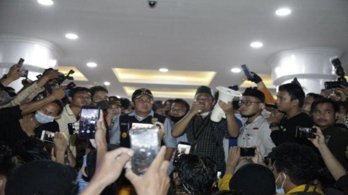 Gubernur Sumsel H Herman Deru menemui ribuan mahasiswa pengunjuk rasa yang berdemo menolak UU Omnibus Law Cipta Kerja di Halaman Kantor Gubernur, Jalan Kapten A Rivai Palembang, Jumat (10/10/2020).