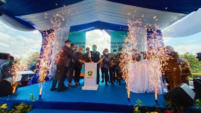 Gubernur Sumsel H Herman Deru meresmikan pemakaian jembatan senilai Rp 54,8 M di Lubukbatang, Kecamatan Lubukbatang Kabupaten OKU  Selasa (19/1/2021).