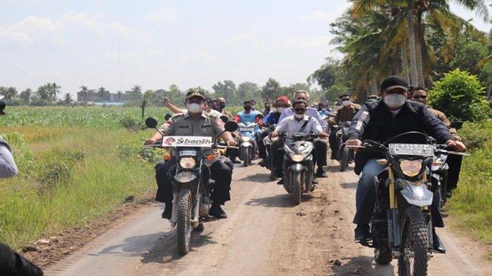 Gubernur Sumsel H Herman Deru menaiki sepeda motor bersama Bupati Askolani menuju lokasi panen raya diikuti gabungan kelompok petani Tani Sri Rezeki di Desa Telang Jaya Kecamatan Muara Telang Kabupaten Banyuasin, bersama Dinas Pertanian Provinsi Sumsel Dr Ir H R Bambang Pramono MSi.