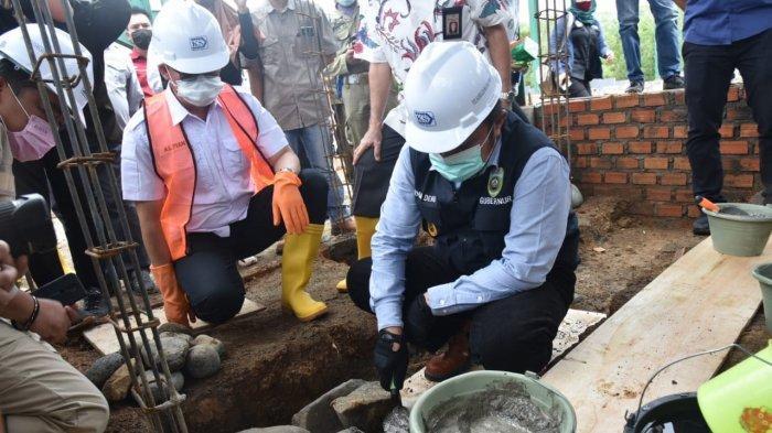 Gubernur Sumsel Herman Deru melakukan peletakan batu pertama pembangunan Gedung Olahraga (GOR) multifungsi yang terletak di Kelurahan Keban Agung, Kecamatan Pagaralam Selatan, Kota Pagaralam pada Jum'at (9/10/2020).