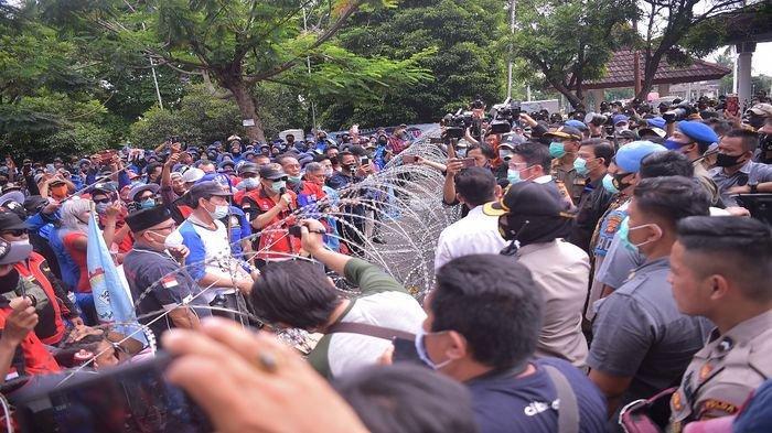 Herman Deru Temui Peserta Aksi Solidaritas Buruh di Kantor DPRD Sumsel Ini Janjinya!
