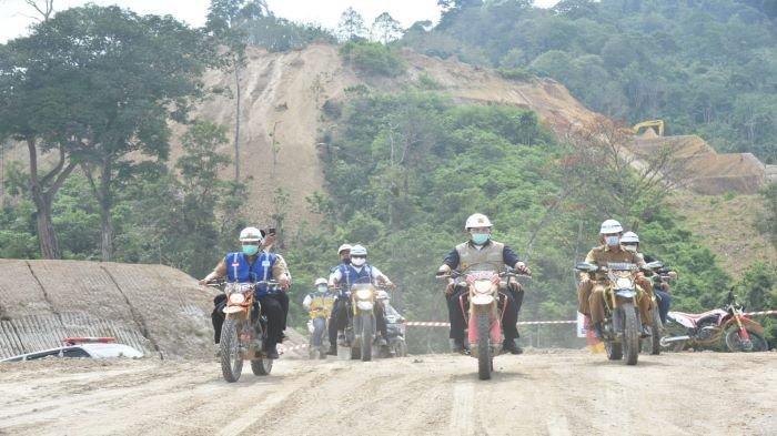 Gubernur Sumsel Herman Deru saat melakukan monitoring dan peninjauan pembangunan bendungan Tiga Dihaji di Desa Sukabumi Kecamatan Tiga Dihaji Kabupaten OKU Selatan, Selasa (13/10).