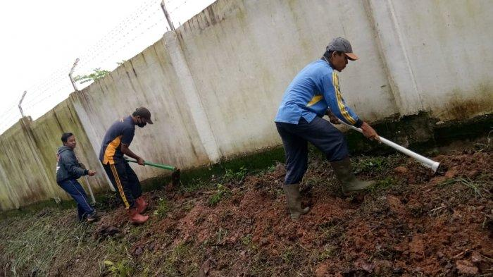 Pegawai dan guru SMK PP Negeri Sembawa lakukan kerja bakti di hari jum'at bersih, Jum'at, 6 November 2020