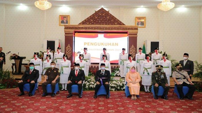 Walikota Palembang H Harnojoyo didampingi Ketua TP PKK Kota Palembang Selviana Harnojoyo berfoto bersama dengan Unsur Muspidah dan pasukan Paskibraka tingkat Kota Palembang untuk menyambut HUT ke-76 RI.