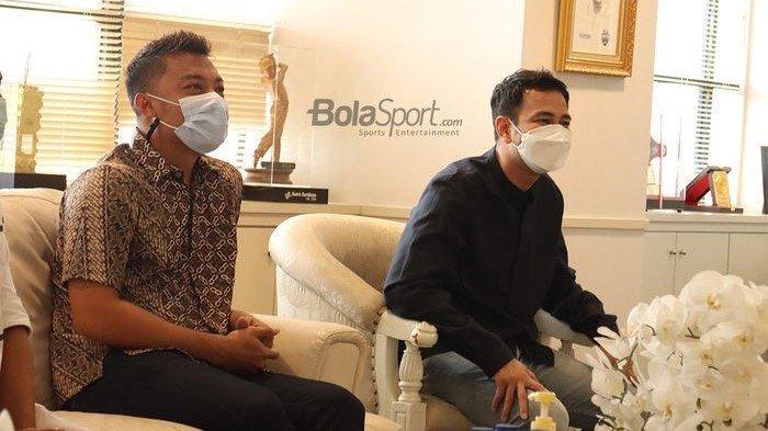 Raffi Ahmad bersama pesepak bola senior Indonesia, Hamka Hamzah, sedang menyambangi Kantor Kemenpora, Senayan, Jakarta, 24 Februari 2021