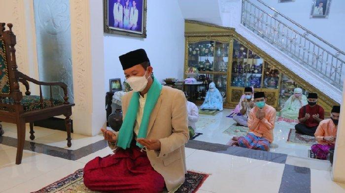 Walikota Palembang Harnojoyo Jadi Imam Salat Idul Adhadi Kediaman Pribadinya