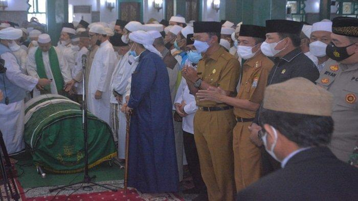 Harnojoyo Hadiri Salat Jenazah Imam Besar Masjid Agung