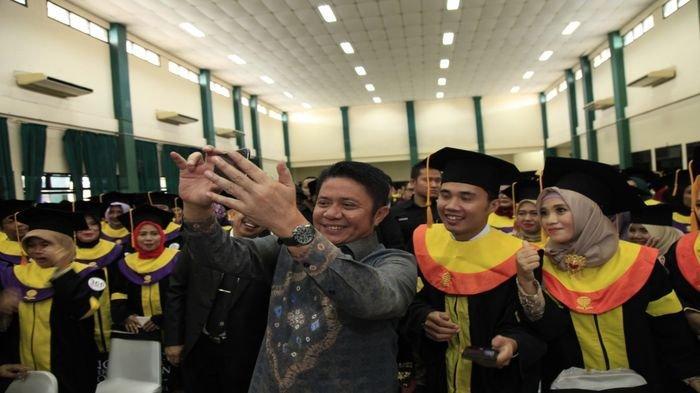 Herman Deru Hadiri Upacara Penyerahan Ijazah Lulusan UT Palembang, Ini Pesannya ke Para Sarjana