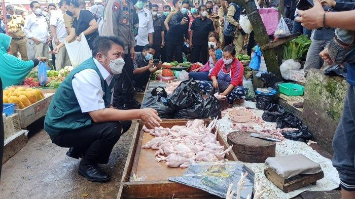 HERMAN Deru Duduk Jongkok di Lapak Penjual Daging Ayam Pasar Palimo, 'Kenaikan Harga Masih Wajar'
