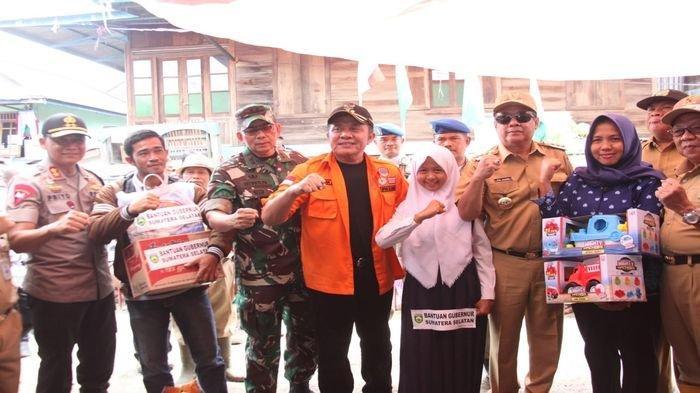 Herman Deru Saluran 3,5 Ton Beras untuk Korban Banjir Bandang di Lahat