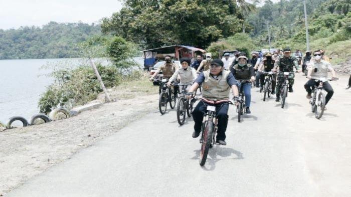 Herman Deru Gunakan Sepeda Tinjau Lintasan Sriwijaya Ranau Gran Fondo OKU Selatan