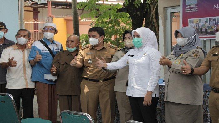 Wawako Palembang Hj Firianti Agustinda SH usai menjawab aspirasi dari masyarakat Kelurahan Demang Lebar Daun Kecamatan Ilir Barat I (IB1) Palembang melalui Ketua RT, berfoto bersama, Rabu (22/9/2021).