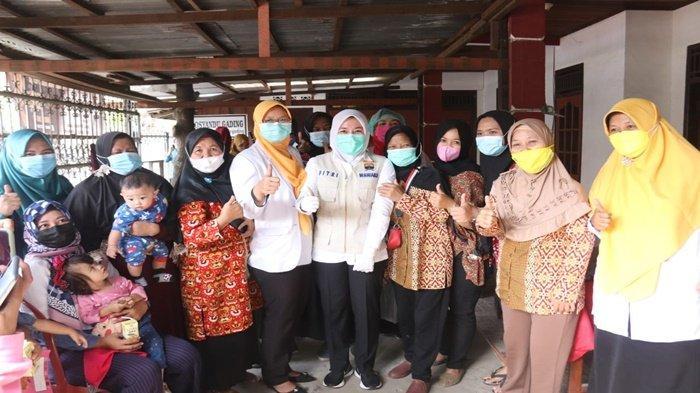 Wakil Walikota Palembang Hj Fitrianti Agustinda SH usai blusukan ke Jl Silaberanti Lorong Aur Gading RT 27 RW 07 Kelurahan Silaberanti Kecamatan Jakabaring Palembang, ketika meninjau posyandu menyempat berfoto bersama.
