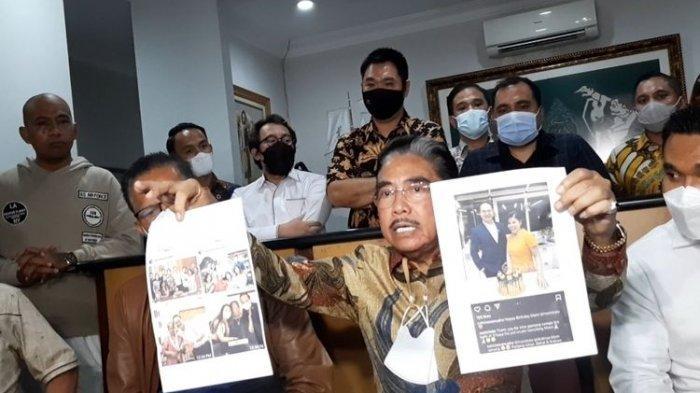 Hotma Sitompoel saat menggelar konferensi pers di kantor LBH Mawar Saron, Sunter, Jakarta Utara, Selasa (6/4/2021))