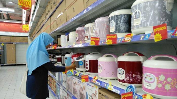 Konsumen Hypermart Palembang Square Extension (PSx) tengah memilih produk rice cooker, Jumat (10/08/2018).