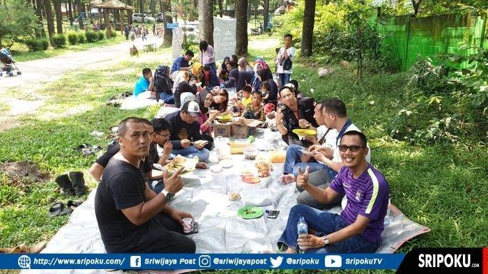 Bahas Kegiatan Ramadan, Pemilik Mobil Hitam atau Indonesian Black Car Community Kumpul di Punti Kayu