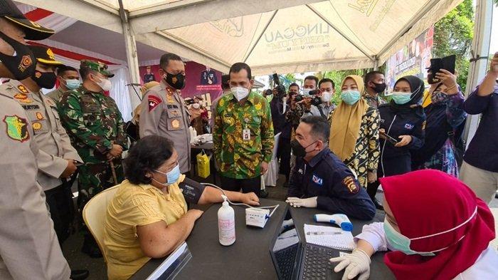 Kapolda Sumsel Irjen Pol Prof DR Eko Indra HeriI S MM, menyaksikan suntik vaksin yang diikuti oleh ibu-ibu lanjut usia di Lubuklinggau