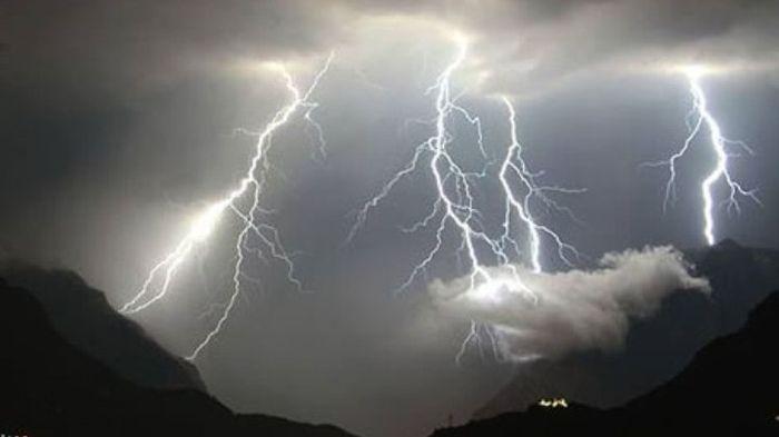 Peringatan Dini Cuaca Ekstrem BMKG 23 Januari 2021: 23 Kota Diprediksi Hujan Lebat Disertai Kilat