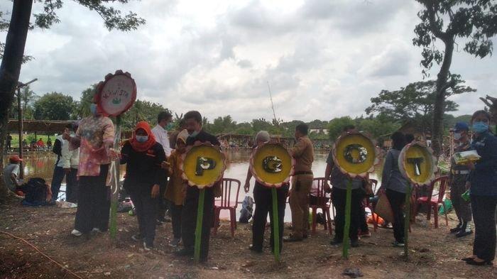 Indonesia Marketing Asosiation (IMA) Chapter Palembang Handi Soen mendonasikan alat kesehatan kepada Pemerintah Provinsi Sumatera Selatan, disela pencanangan panti produktif PGOT Kenten, Kamis (19/11/2020).