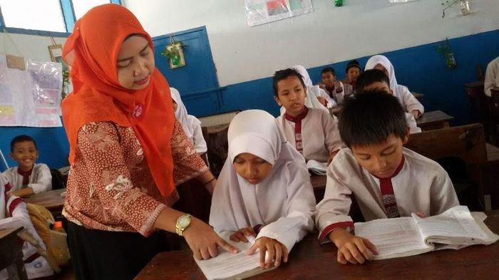Indriani, guru honorer K2 yang sudah mengabdi 13 tahun di SD Negeri 4 Palembang saat mengajar anak-anak kelas VI, Jumat (25/11/2016).