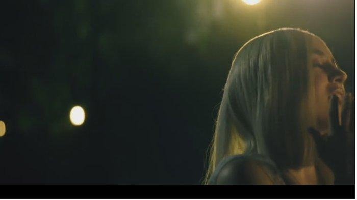 Kunci Gitar dan Lirik Lagu Into Your Arms oleh Witt Lowry feat Ava Max Ada Terjemah Bahasa Indonesia