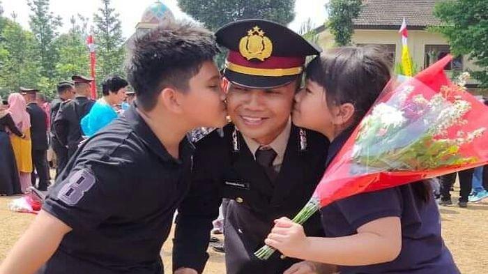 Kanit Reskrim Polsek Talang Ubi, Ipda Bambang bersama anak-anaknya.