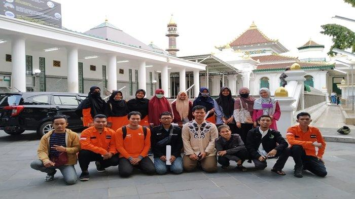 IRMA Palembang dan Rumah Zakat Ikut Cegah Penularan Virus Corona di Masjid Agung, Gulung Karpet
