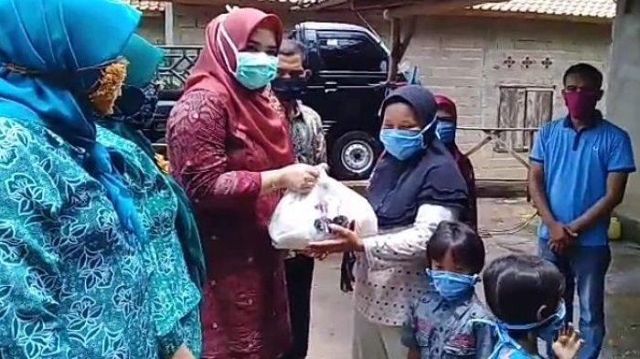 Sisihkan Uang Belanja Dapur, dr Sri Fitriyanti Askolani Bagikan Sembako kepada Warga Kurang Mampu