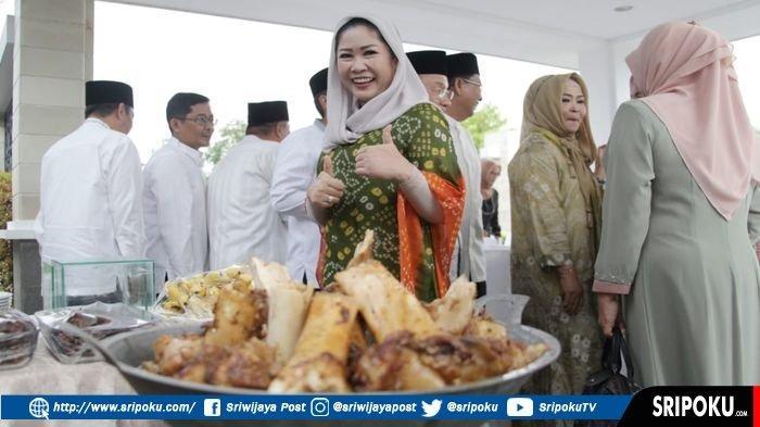 Feby Deru Kenang Sosok Rusmiyati Kholid Istri dari Bupati OKU Timur HM Kholid Mengayomi & Penyabar