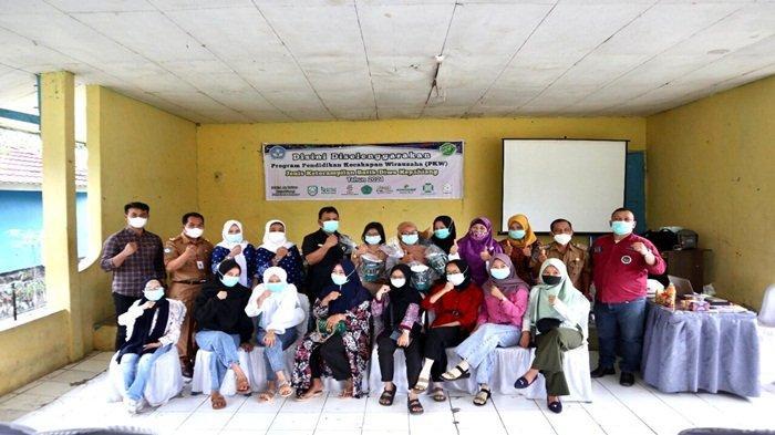 Jajaran PT PLN (Persero) bekerjasama dengan Dinas Pendidikan dan Kebudayaan Kabupaten Kepahiang serta Pusat Kegiatan Belajar Masyarakat (PKBM) Az-Zahra, dan Camat Bermani Ilir Hermansyah, serta 20 orang yang mengikuti pelatihan kerajinan Batik Diwo berfoto bersama.
