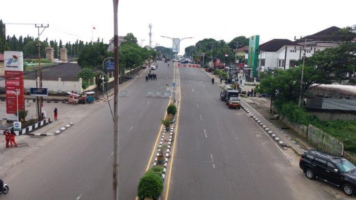 Jalan depan Makam Pahlawan mengarah ke Mapolda Sumsel ditutup petugas, Kamis (17/12/2020).