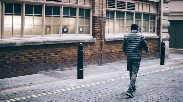 Dipicu Pertengkaran dengan Istri, Pria Ini Tak Sadar Berjalan 420Km Berhenti Saat Dicegat Polisi