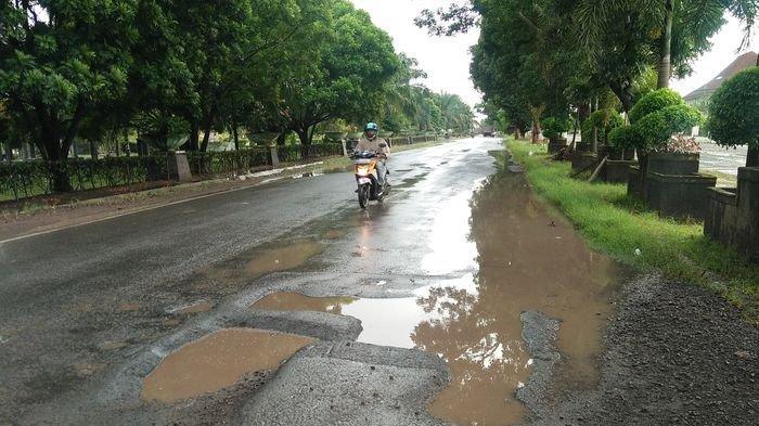 Jalan Lintas di Wilayah Kota Kayuagung Berlobang dan Digenangi Air Membahayakan Pengendara