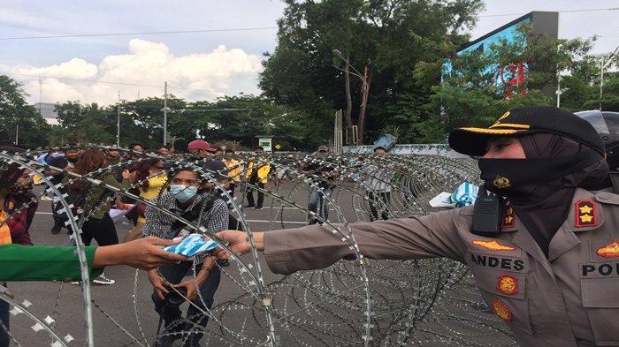 Pengen Tahu Sensasi Ikut Demo, Pelajar di Palembang Ini Pinjam Almameter Bibi, Diciduk Polisi