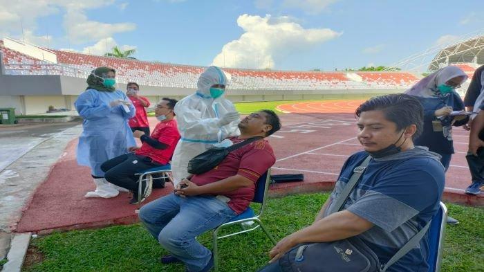 Terapkan Prokes Ketat Pemain Sriwijaya FC Tes Swab Antigen Sebelum Masuk Stadion Gelora Sriwijaya
